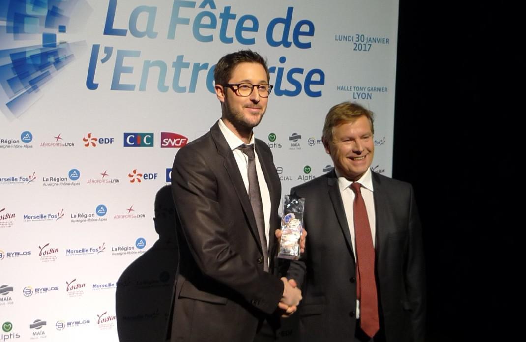 ean-Paul Babey, Alptis, remet le trophée à la société Azergo