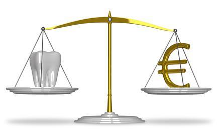 une dent et de l'argent sur une balance