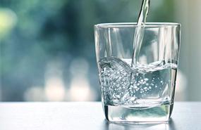 Le match eau en bouteille eau du robinet