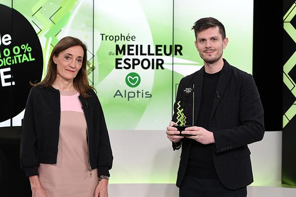 Fête de l'Entreprise, Marie Soyer Content Alptis remet le Trophée du Meilleur Espoir à Thomas Lemasle, dirigeant de Oé