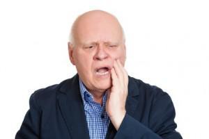 un senior qui semble avoir mal aux dents
